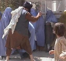Frauen, die Männer verprügeln