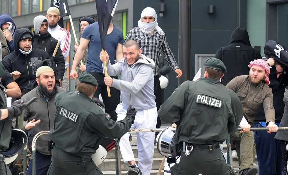 Erste Videos vom Salafistenangriff in Solingen | PI-NEWS
