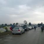 Im Camp bei Idomeni sind mehrere Kamerateams anwesend. Zudem laufen etliche Fotographen herum. Über dem Camp sind teilweise Hubschrauber im Einsatz.