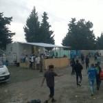 Links: Toiletten und Waschräume, sowie die Organisation A21. Rechts sind ansatzweise die Großraumzelte des UNHCR zu sehen.