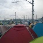 """""""Flüchtlinge"""" übernachten vor dem Bahnhofsgebäude und auf den Gleisanlagen"""