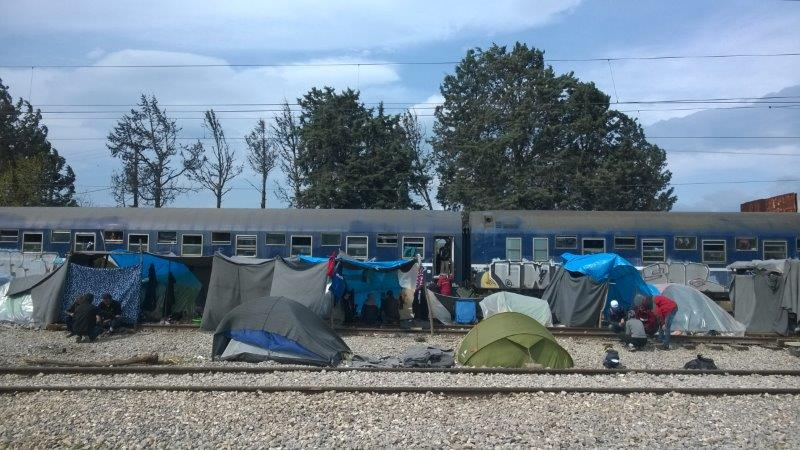 Etwa 14 Schlafwagen stehen vor Ort, die als Schlafplatz verwendet werden.