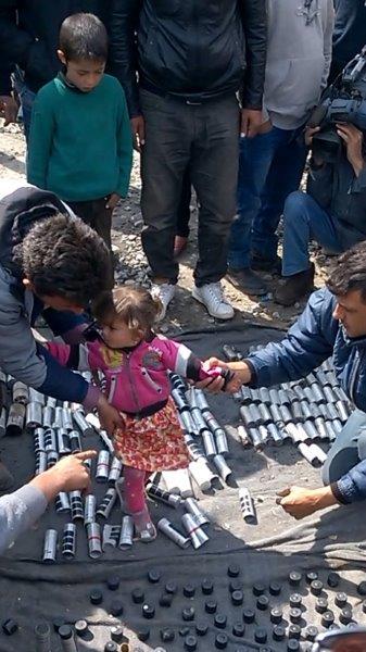 Nach den Steinewürfen vom 11. April antwortete die Mazedonische Armee mit Tränengas und Gummigeschossen. Hier soll medienwirksam ein Kind auf den leeren Hülsen positioniert werden. Zu allem Unglück fühlt sich das Mädchen dabei deutlich unwohl.