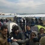 Kamerateams stürzen sich begierig auf verletzte Flüchtlinge.