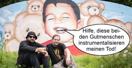 """Das neue Aylan-Bild der """"Künstler"""" Oguz Sen und Justus Becker. Sprechblase hinzugefühgt von PI."""