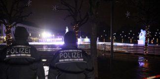 Polizisten vor dem Eislaufplatz im Karlsruher Schlosspark.