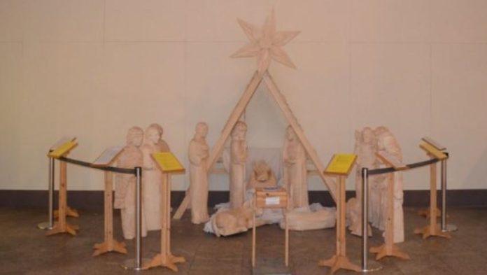 Bereits 20. Mal stand am Stuttgarter Hauptbahnhof zur Weihnachtszeit die von Schülern des Kenar-Lyceums im polnischen Zakopane geschnitzte Holzkrippe.