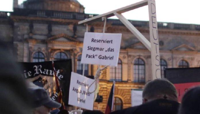 Gericht gestattet Verkauf von Galgen für Merkel und Gabriel.