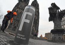 Islampoller vor dem Kölner Dom.