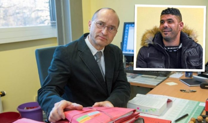 Richter Zantke zaudert nicht. Rechts im Bild: der traumatisierte, multikriminelle Mohamed.