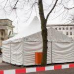 """""""Schutzzelte"""" für Frauen am Brandenburger Tor."""