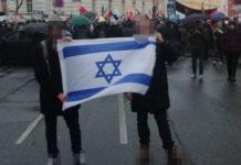 """Das Hochhalten der israelischen Flagge störte die """"öffentliche Ordnung"""" einer judenfeindlichen Demo."""