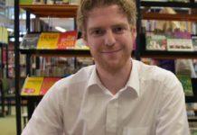 """Freut sich über viele neue Bücher """"gegen Rechts"""" im Wert von 9000 Euro - Christian Bürgin, Leiter der Stadtbücherei im Oberbergischen Kreis."""