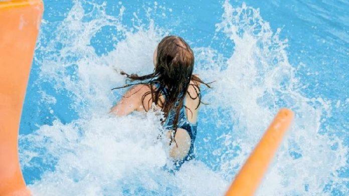 schwimmbad brüste