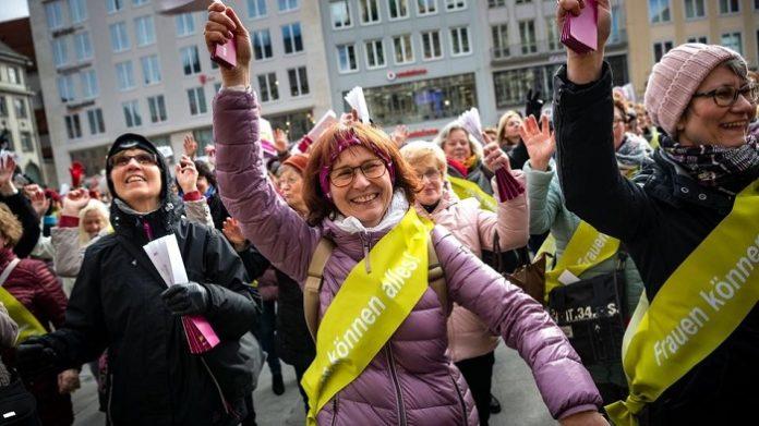 [Bild: flashmob_frauen-696x391.jpg]