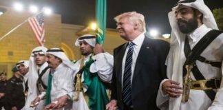 Donald Trump bei der Teilnahme am traditionellen Schwerttanz in Saudi-Arabien 2017.
