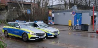 """Streifenwagen vor dem U-Bahnhof Kiwittsmoor in Langenhorn, dort wurde am Freitag nach einem """"verbalen Streit"""" auf eine Spaziergängerin aus einer Männergruppe heraus unvermittelt eingestochen."""