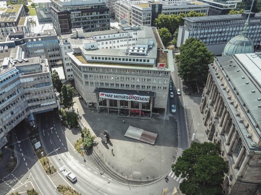 Das IB-Banner am DGB-Haus in Stuttgart von oben gesehen.
