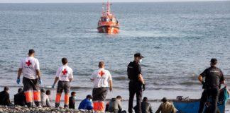"""Ein Boot mit 72 """"Flüchtlingen"""" an Bord ist in den Hafen von Los Cristianos (Gran Canaria) geschleppt worden."""