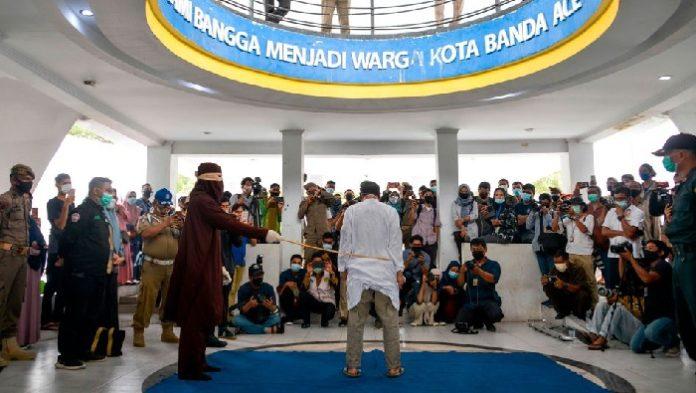 In der indonesischen Provinz Aceh hat ein Scharia-Gericht ein homosexuelles Paar zu je 77 Hiebe mit einem Rattan-Stock verurteilt.