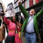 Nach der Gerichtsentscheidung brechen in London Anhänger von Assange in Jubel aus.