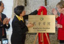 Angela Merkel gilt als große Verfechterin der Ausbreitung von Konfuzius-Institute in Deutschland (hier bei einer Eröffnung 2016 in Stralsund).