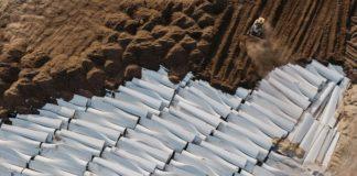 Entsorgungsnotstand: Tonnenweise wird der Rotorblätter-Schrott einfach im Sand vergraben.