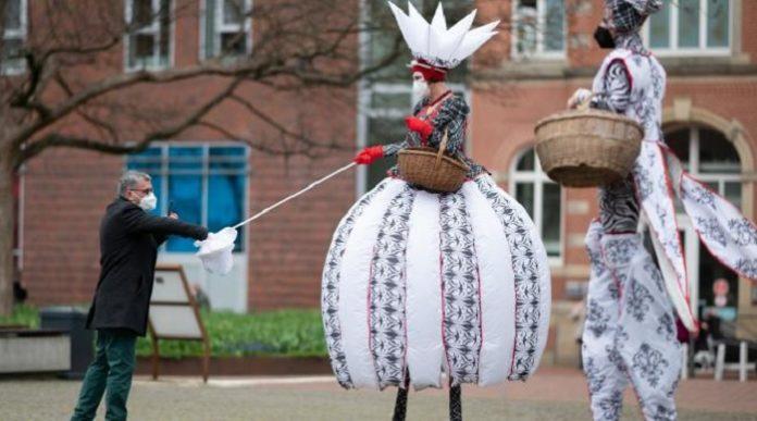 Mit einer effektheischenden PR-Aktion sollen in Hamburg-Harburg Stelzenläufer in Kostümen Masken und Flyer verteilen, um auf die wichtigsten Hygieneregeln und Testzentren aufmerksam zu machen.