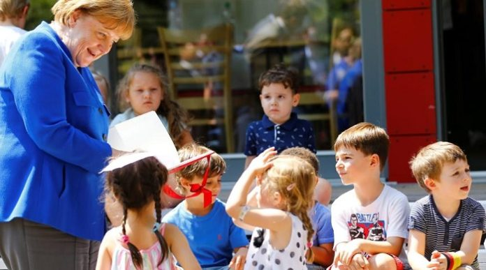 Ausgerechnet im Gespräch mit Schülern gab Merkel jetzt nach 16 Jahren Kanzlerschaft und vielen Jahren in der Politik ihren totalen Mangel an Bildung zu.