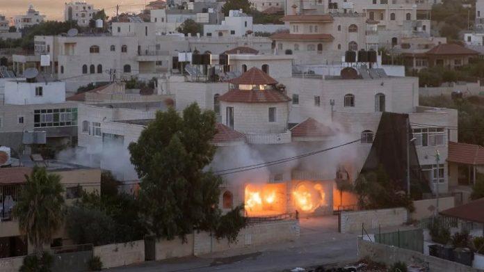 Israel hat das Haus eines mutmaßlichen palästinensischen Attentäters im besetzten Westjordanland zerstört. Der Palästinenser sei verantwortlich für einen tödlichen Anschlag Anfang Mai, teilte die Armee mit.