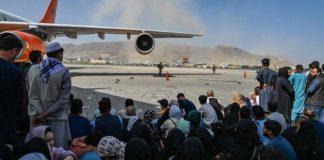 Menschen am Flughafen in Kabul.