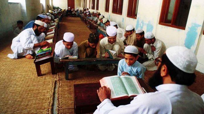 Einem achtjährigen Hindu-Jungen droht in Pakistan die Todesstrafe. Der Vorwurf: Blasphemie. Das Kind soll absichtlich in einer Koranschule uriniert haben.