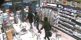 Bild der Überwachungskamera vom Überfall am 9. Februar 2017 in Quickborn: Die Angeklagten Muhamet X. und Daniele V. zwingen den Ladeninhaber Niels F. mit Waffengewalt zum Tresor.