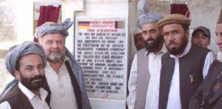 """Reinhard Erös (2.v.l.), der bayerische """"Taliban-Flüsterer"""", hat im Oktober 2014 die erste private Universität Afghanistans eröffnet, an der auch Frauen studieren."""