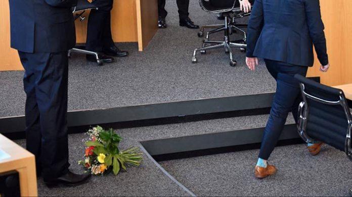 Was wäre eigentlich gewesen, wenn Kemmerich damals den Blumenstrauß von Henning-Wellsow sofort aufgehoben und der SED-Frau mit den Worten