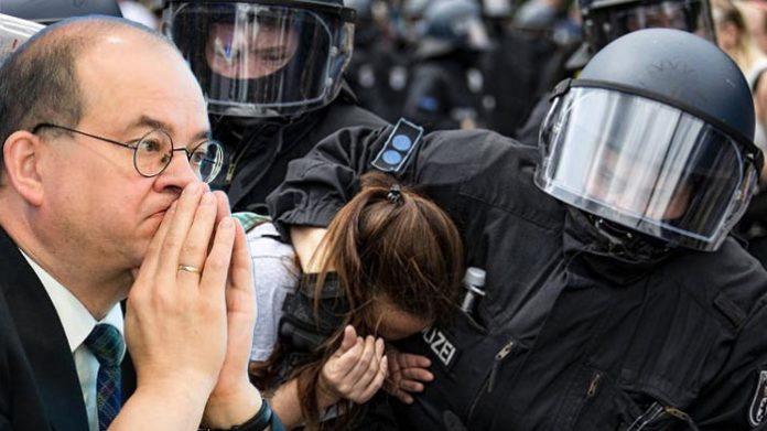 Der CDU-Bundestagsabgeordnete Arnold Vaatz (l.) vergleicht den Berliner Polizeieinsatz gegen Kritiker der Corona-Maßnahmen im August 2021 mit DDR-Methoden.