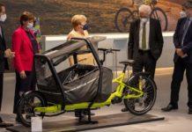 """""""Ein schickes Fahrrad"""", sagte Merkel beim Besuch der IAA Mobility zum E-Lastenrad der Kölner Firma Kettler (v.l.n.r.: Andreas Scheuer, Hildegard Müller, Angela Merkel, Winfried Kretschmann und Markus Söder)."""