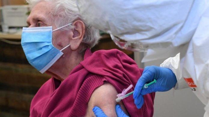 In einem Seniorenheim in Oberhausen hat es wenige Tage nach der Corona-Auffrischimpfung bei mehreren Senioren ernste Probleme gegeben, unter anderen einen Toten.
