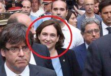 Ada Colau (rot umrandet) grinsend bei der Trauerfeier für die Opfer des islamischen Terroranschlags in Barcelona.