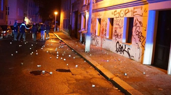 Über 100 schwere Pflastersteine schmissen Linksextreme gegen das EinProzent-Haus in Halle. Die Täter konnten wie immer entkommen.