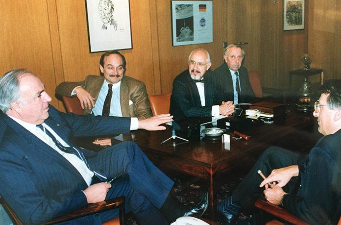 Treffen mit Deutschlands Chefjournalisten 1990 im Bonner Kanzleramt (v.l.n.r.): Helmut Kohl, Peter Bartels (BILD, heute PI-NEWS), Hans