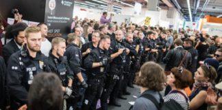 Polizisten mussten die Buchpräsentation des Antaios-Verlags gegen die gewaltbereite Antifa schützen. Vorher beim Auftritt von Björn Höcke war es noch friedlich gewesen.