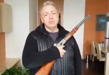 """Will die mehr als 300.000 tschechischen Inhaber eines Waffenscheins offiziell zu """"Garanten der Landessicherheit"""" machen: Tschechiens sozialdemokratischer Innenminister Milan Chovanec (hier in einem YouTube-Video mit einer Winchester)."""