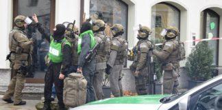Schwer bewaffnete Beamte des Sondereinsatzkommandos sind vor der Außenstelle des Landratsamts in Pfaffenhofen eingetroffen.