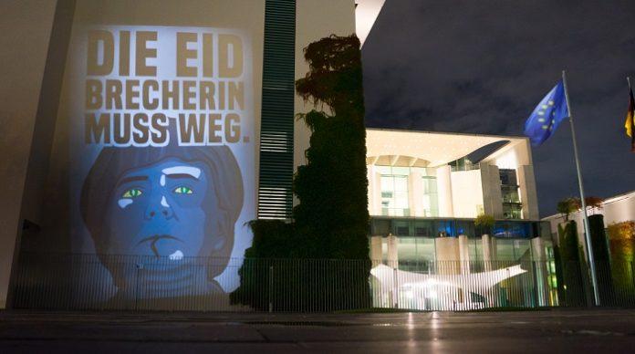 Freitag Nacht hat sich ein anonymer Lichtkünstler am Kanzleramt ausgetobt. Siehe auch merkeldieeidbrecherin.com.