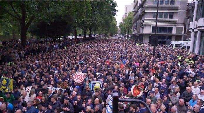 Tausende, zum Teil verfeindete Fußballfans, demonstrieren in London friedlich gegen den Terror.