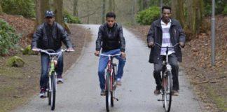 """Flüchtlinge"" auf Fahrrad (Symbolbild)."