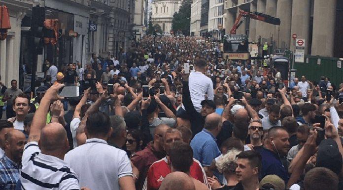 Tausende Fußballfans fanden sich am 24.6. zur bisher größten Anti-Islam-Terror-Demo in London zusammen.
