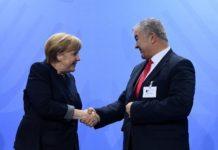 Unterwürfige Geste: Angela Merkel mit Gökay Sofuoglu.