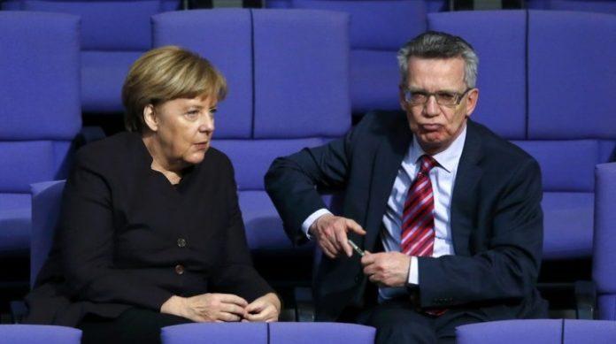 Innenminister de Maizière (r.) wollte einen Polizeibericht über große Erfolge bei deutschen Grenzkontrollen geheim halten.